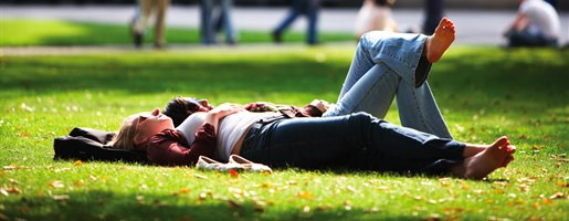 students-sunbathing-aston-webb-Cropped-515x200